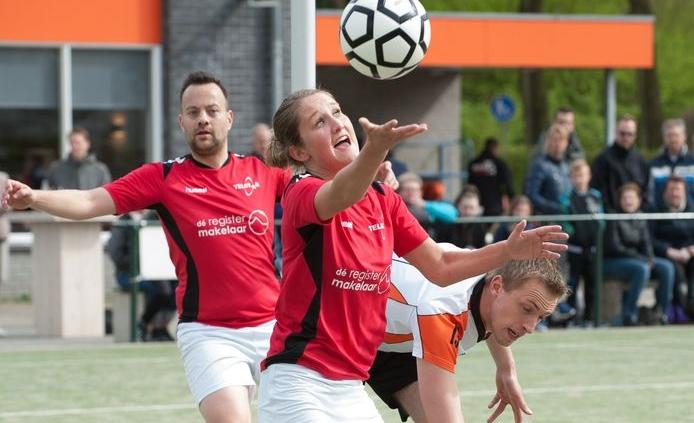 Sarah van der Meer in balbezit voor Telstar, drie jaar geleden. De Hoevelakense draagt na dit seizoen opnieuw het shirt van Telstar.